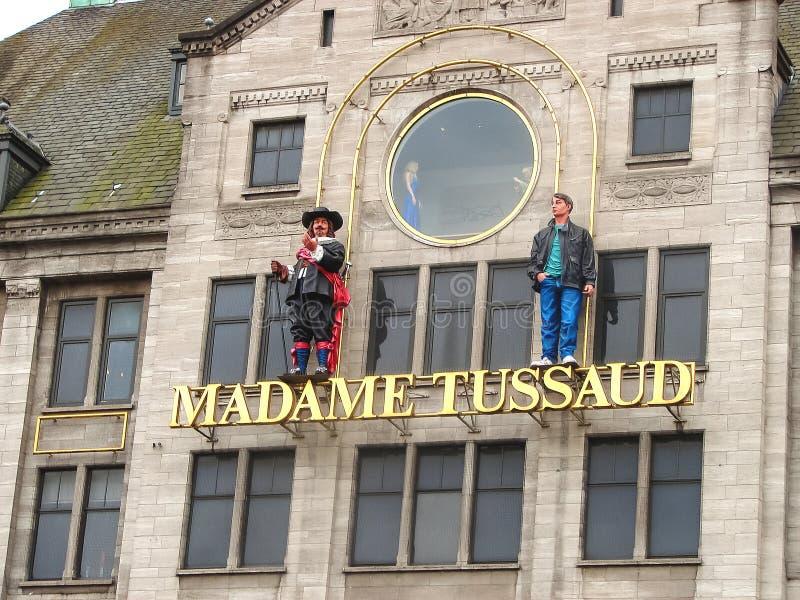 Statues sur la façade de la Madame Tussauds de musée à Amsterdam photo libre de droits