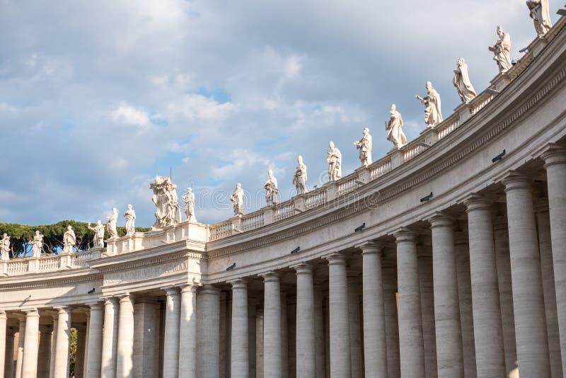 Statues sur le dessus de la basilique du ` s de St Peter photos libres de droits