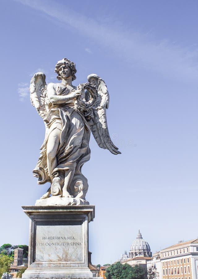 Statues sur le pont de l'ange de saint photos stock