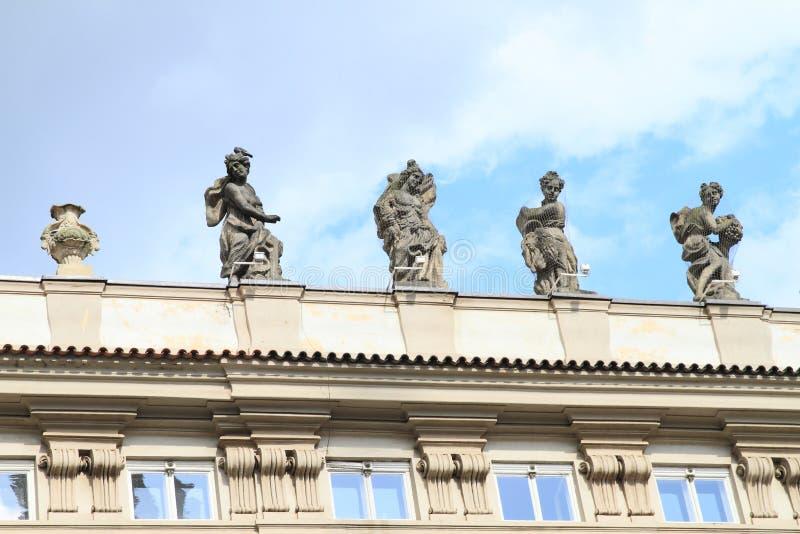 Statues sur le toit images stock