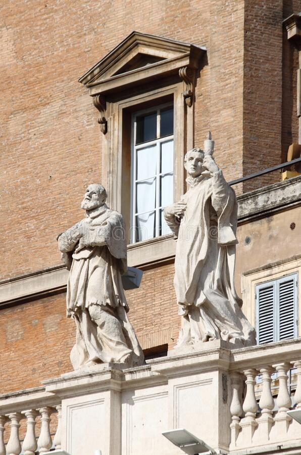 Statues on top of Saint Peter Basilica stock photography