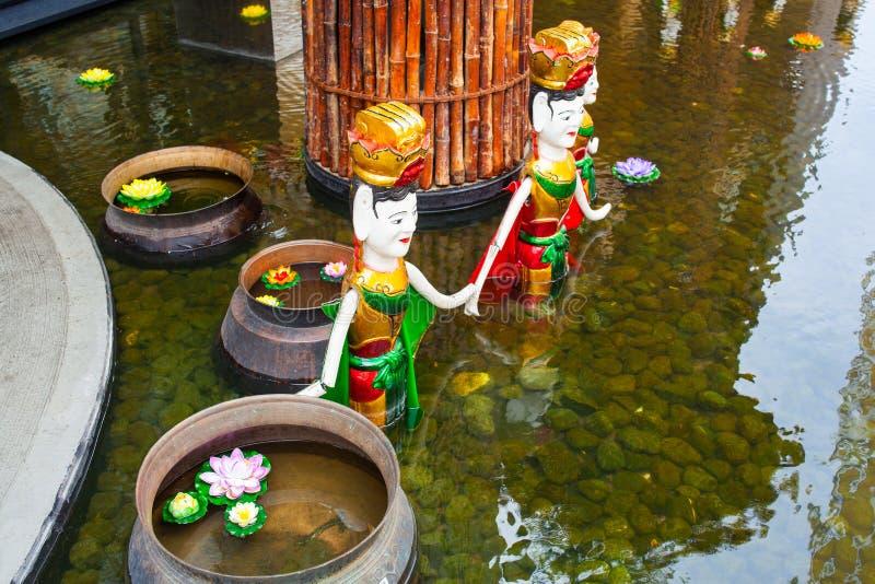 Statues vietnamiennes dans la piscine photo stock