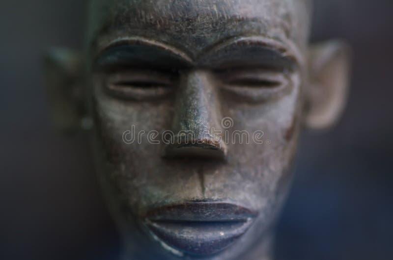 Statuetta africana del fronte immagini stock