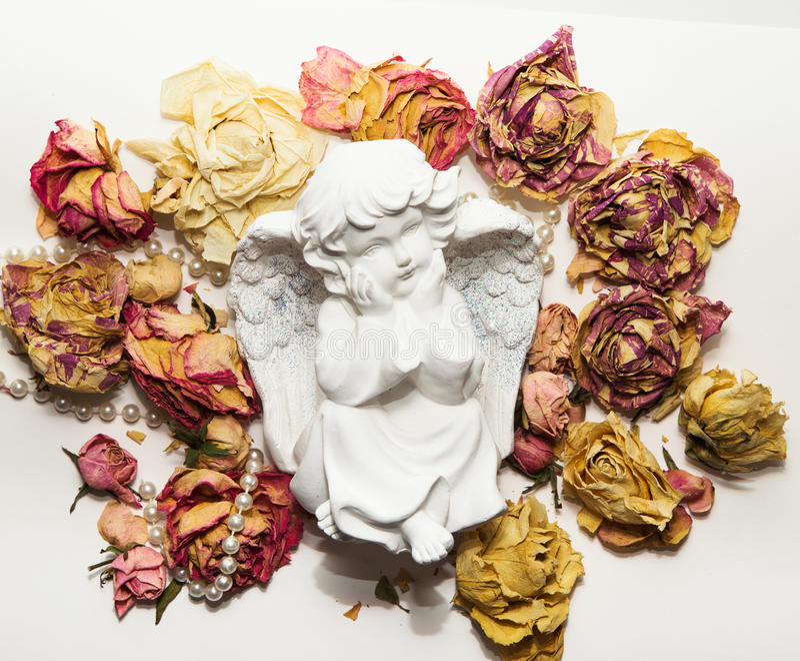 Statuetta del cherubino su bianco fotografia stock