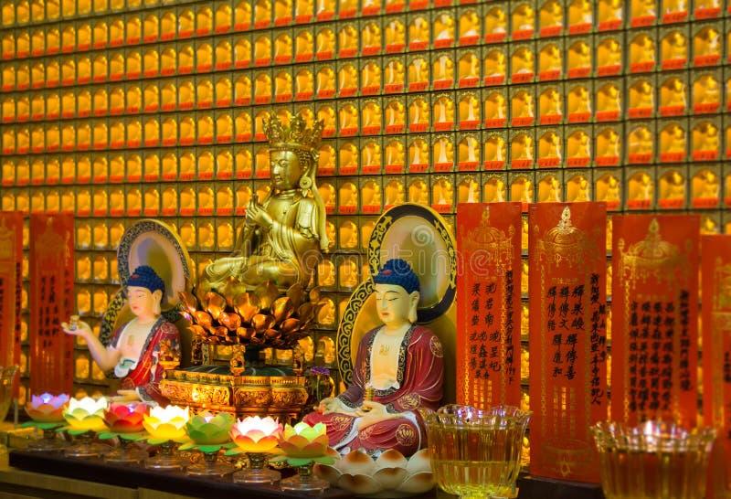 Statuetta di Buddha e bella decorazione dell'oro in un tempio fotografie stock