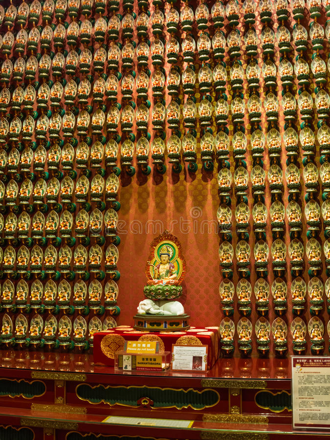Statuetta di Buddha nel tempio del dente di Buddha a Singapore fotografie stock