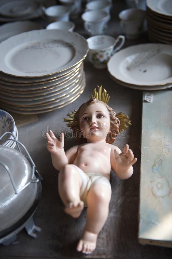 statuette του Ιησού μωρών thrift καταστ στοκ εικόνα