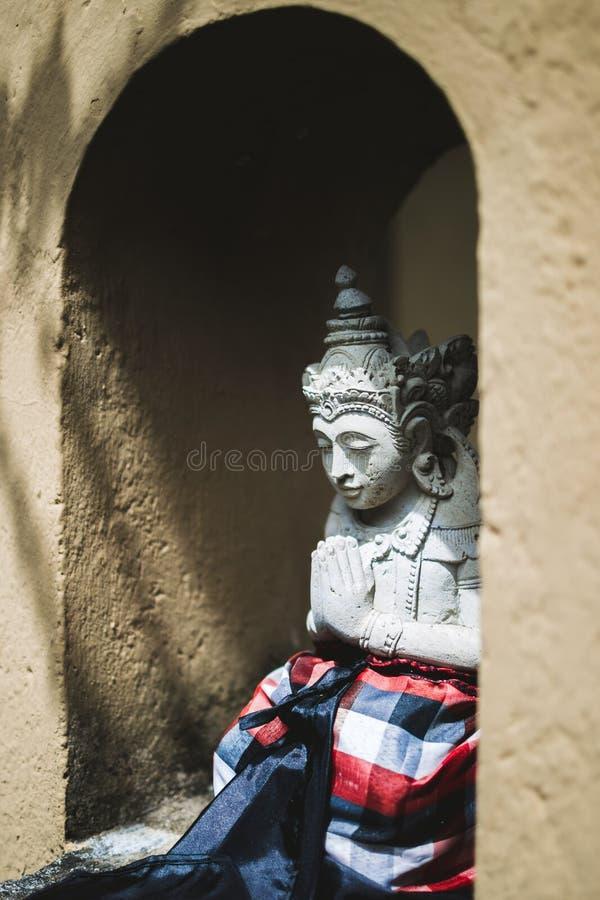 Statuette der balinesischen Gottheit im traditionellen Stil lizenzfreie stockfotografie