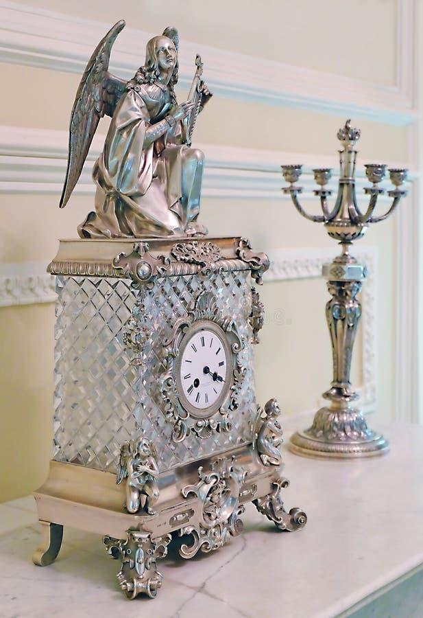 Statuette eines Engels und andere Retro- Sachen stehen auf einem Holztisch stockbilder