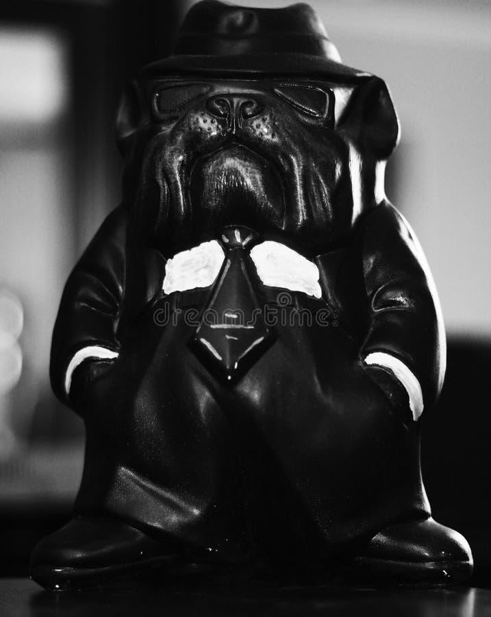 Statuette eines Hundes in einer Klage stockfoto
