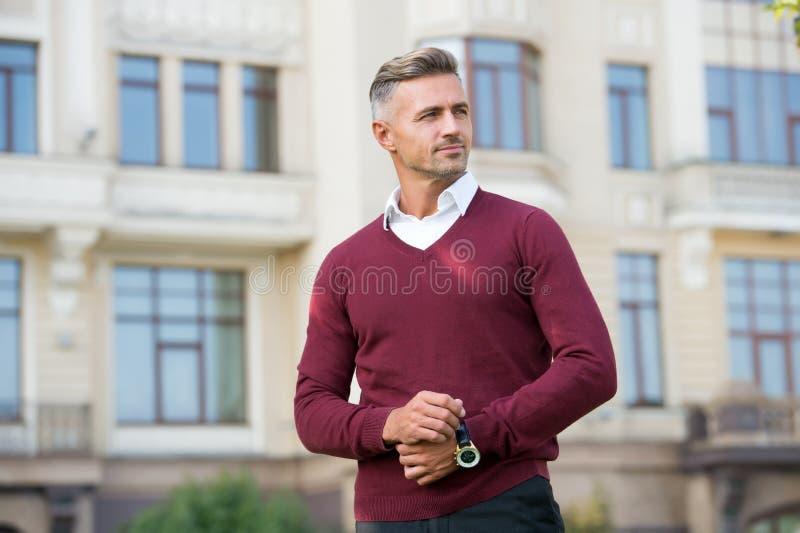 Status i reputacja Mężczyzna dojrzały, dobrze uziemiony, przystojny model ze zegarkiem na nadgarstki Kosztowny luksusowy akcesori zdjęcia royalty free