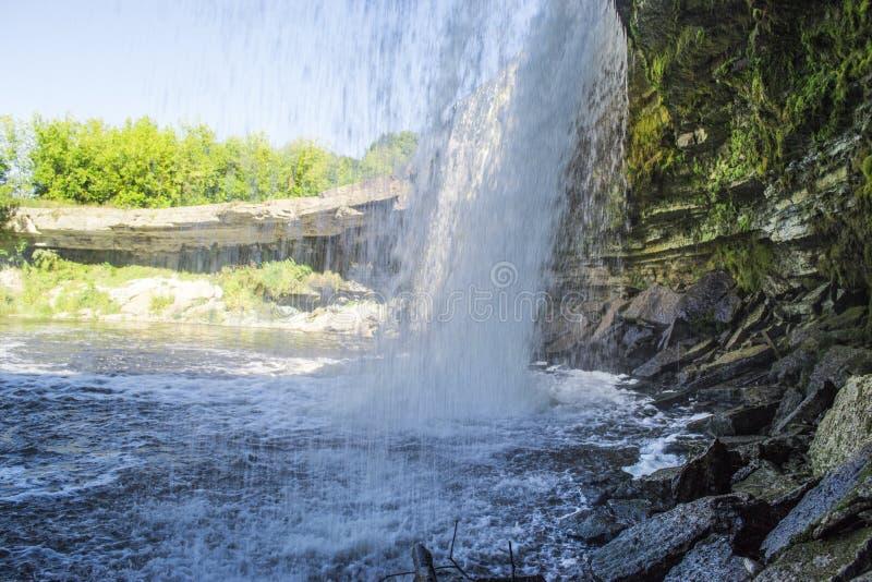 Status onder één van de beroemdste Estlandse watervallen royalty-vrije stock fotografie