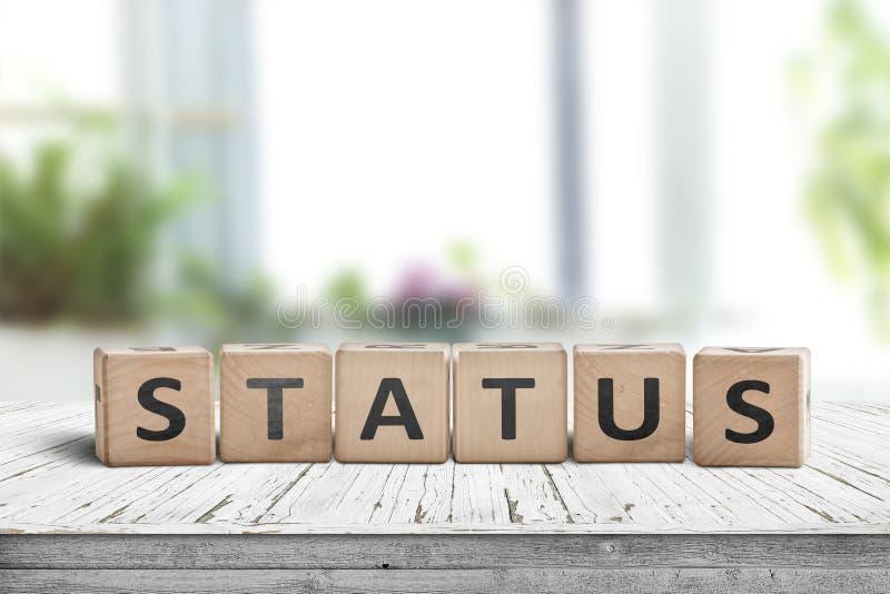 Statuszeichen aus Holz auf einem Tisch stockfotos
