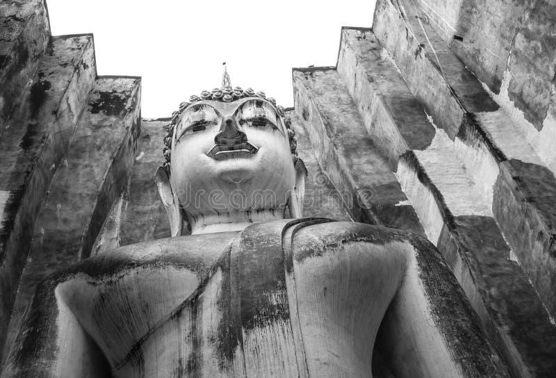 Statut bouddhiste avec la toiture carrée dans Sukhothai, Thaïlande images libres de droits