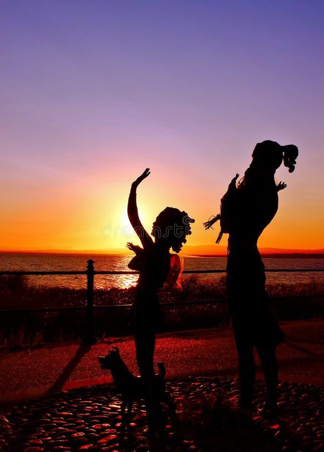 Statuti che guardano fuori al mare fotografie stock