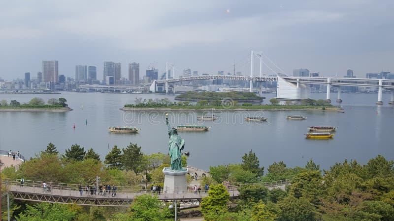 Statuut van Vrijheid en Regenboogbrug in Odaiba-Kustpark Tokyo royalty-vrije stock foto