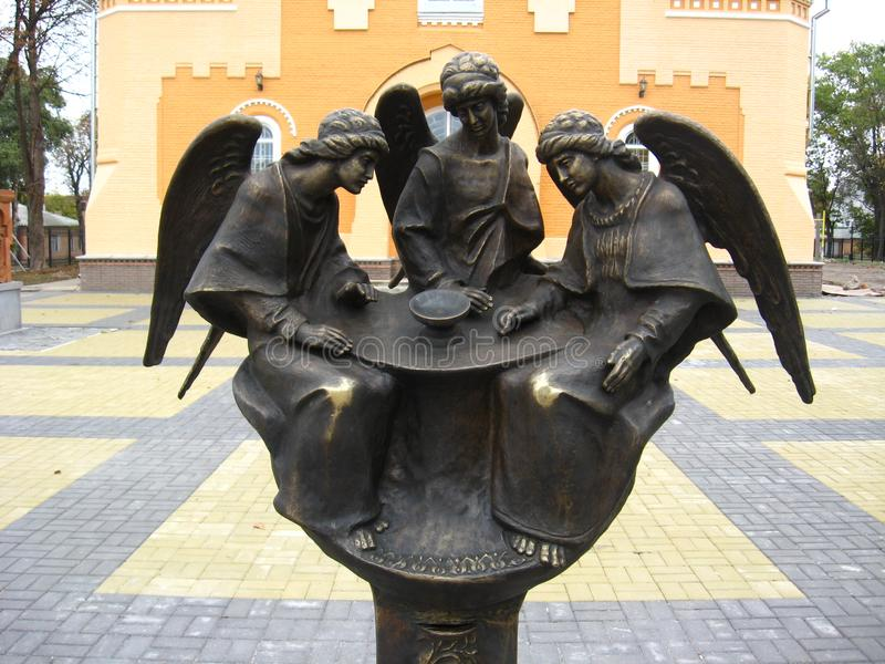 Statuy aniołowie blisko Sretenska kościół w Priluky w Priluky miasteczku fotografia stock