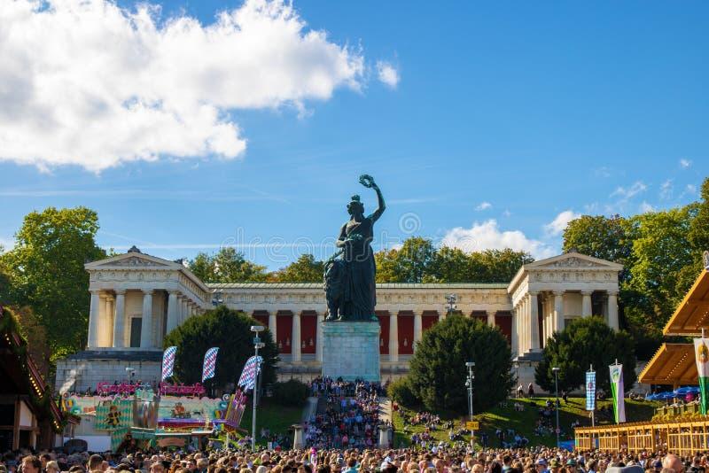 Statuy Bavaria przy dużym ludowym festiwalem świat - octoberfest w Munich fotografia royalty free