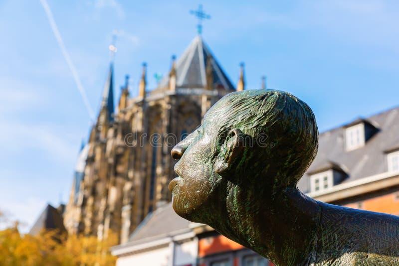 Statuy głowa fontanny cyrkulacja pieniądze w Aachen, Niemcy fotografia royalty free