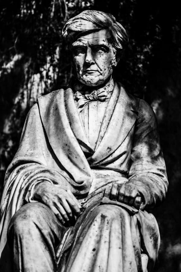 Statuy i fontanna w parku w Nimes obraz royalty free