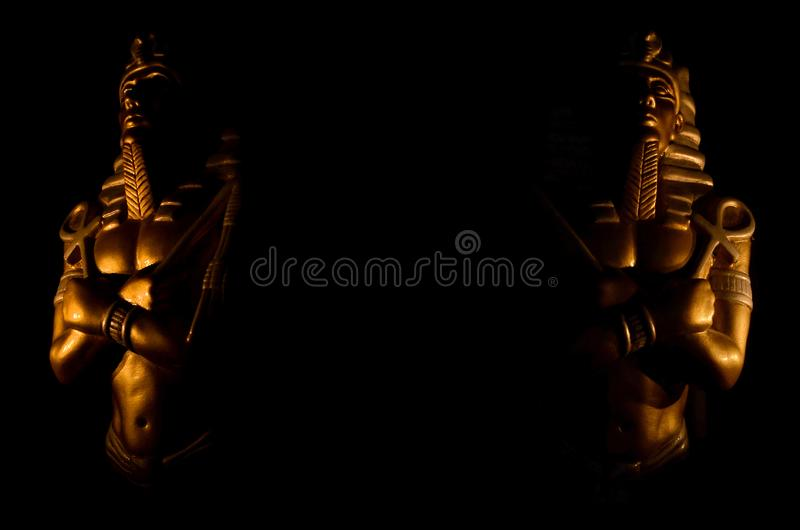 Statuy królewiątka pharaoh egipskich bogów religii nieżywy symbol odizolowywający na czarnym tle z miejscem twój tekst historia,  zdjęcie stock