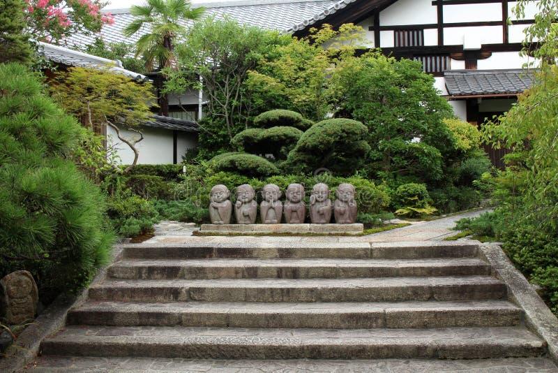 Statuy mały Buddhas przy ogródem fotografia stock