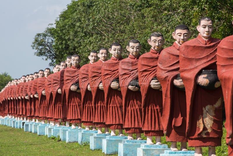 Statuy mnisi buddyjscy przy wygraną Sein Taw Ya Buddha w Kyauktalon Taung zdjęcie stock