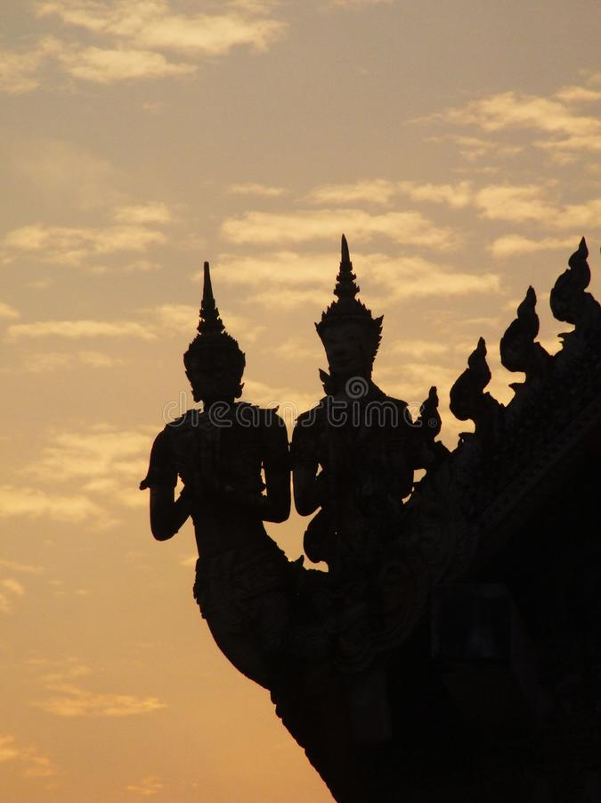 Statuy na świątynia dachu fotografia stock