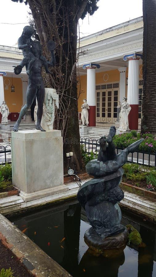 Statuy na Achilleion pałac imperatorowa Austria Elisabeth Bavaria w Corfu wyspie, Grecja zdjęcie stock