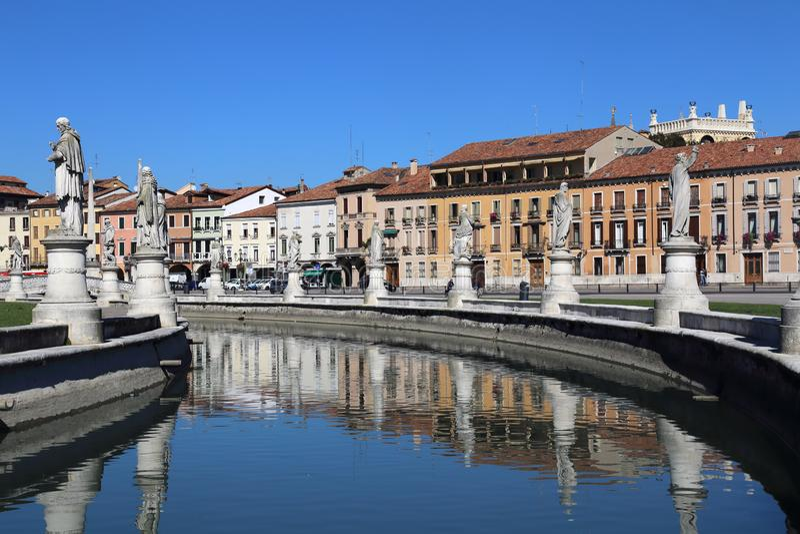 Statuy na Prato della Valle obciosują w Padua, Włochy obraz stock