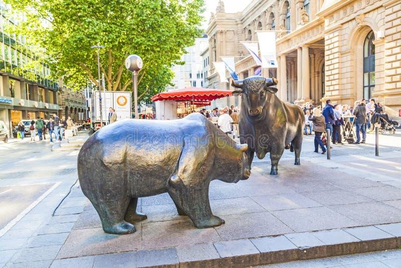Statuy niedźwiedź i byk przed Frankfurt giełdą papierów wartościowych fotografia royalty free