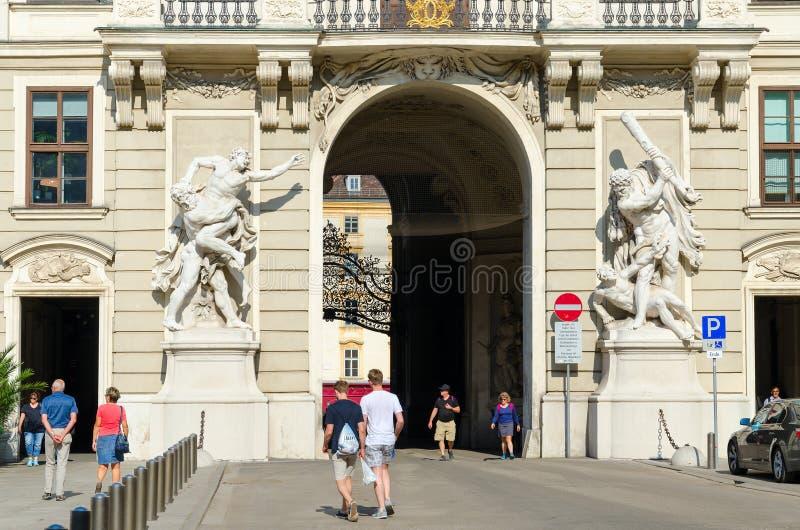 Statuy przedstawia wyczyny Hercules, portal Hofburg pałac od wewnętrznego podwórza, Wiedeń, Austria fotografia stock