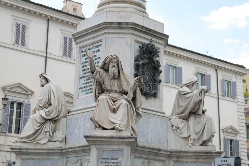 Statuy przy bazą Colonna dell ` Imacolata obrazy stock