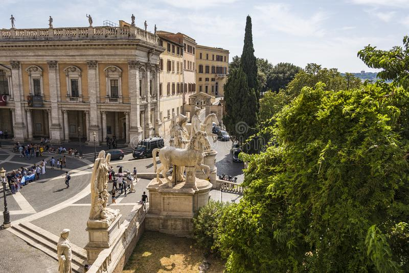 Statuy przy Cordonata schodkami piazza Del Campidoglio obciosują przy Kapitolińskim wzgórzem zdjęcia stock
