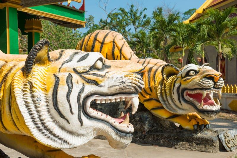 Statuy tygrysy przy buddyjsk? ?wi?tyni? w Tajlandia fotografia stock