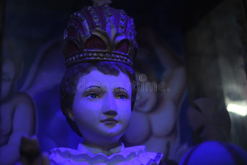 Statuy w kościelnym zbliżenia nighttime obraz royalty free