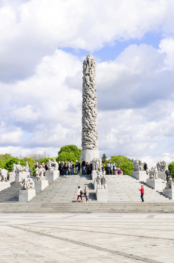 Statuy w Vigeland parku w Oslo centerpiece vertical fotografia stock