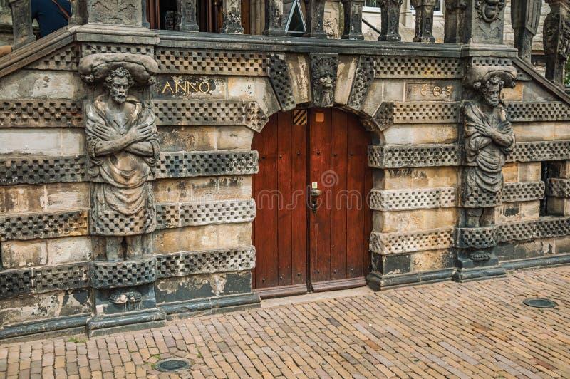 Statuy wokoło lesistego drzwi przed gothic urzędu miasta budynkiem Gouda obrazy royalty free