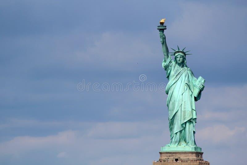 Statuy Wolności rzeźba na swobody wyspie po środku, obrazy stock