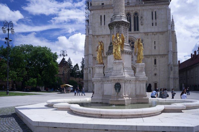 Statuy 3 złotego anioła na jasnym słonecznym dniu zdjęcia royalty free