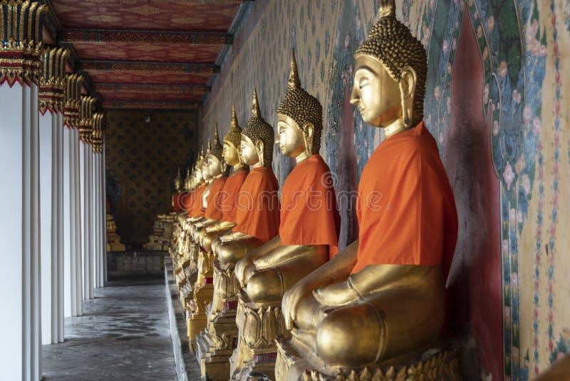 Statuy złoty buddhas ono modli się zdjęcia royalty free