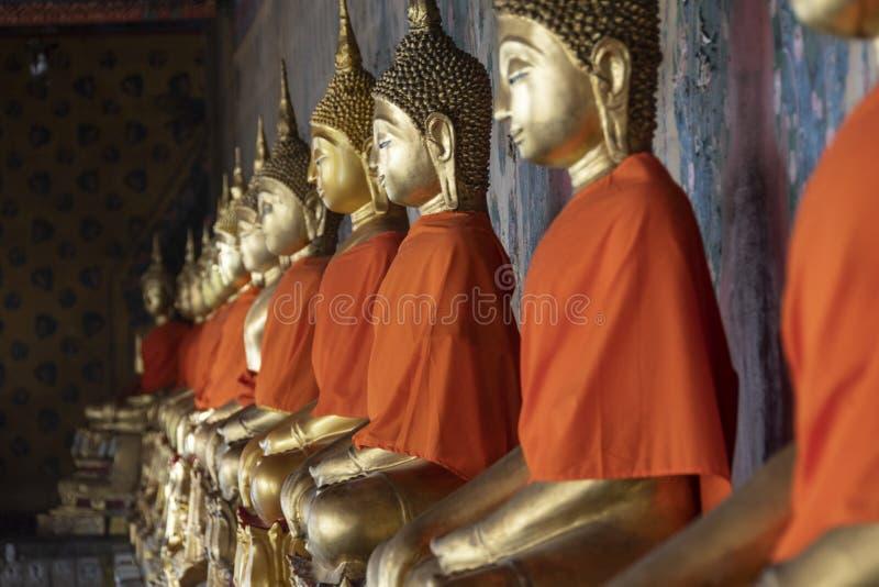 Statuy złoty buddhas ono modli się obrazy royalty free