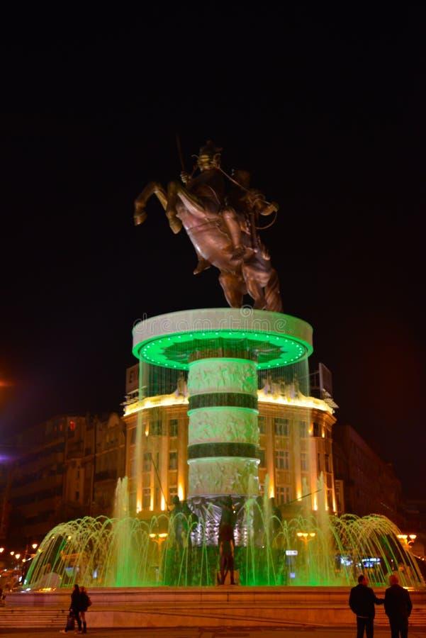 Staty av Alexander det stort vid natt, i centrum av Skopje, Makedonien arkivfoton