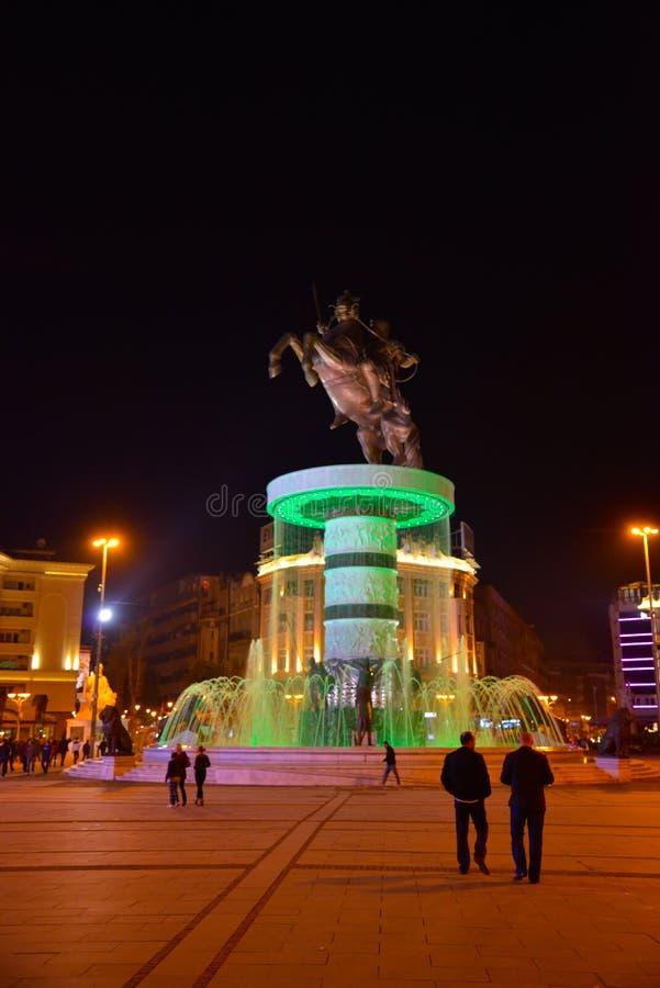 Staty av Alexander det stort vid natt, i centrum av Skopje, Makedonien arkivfoto