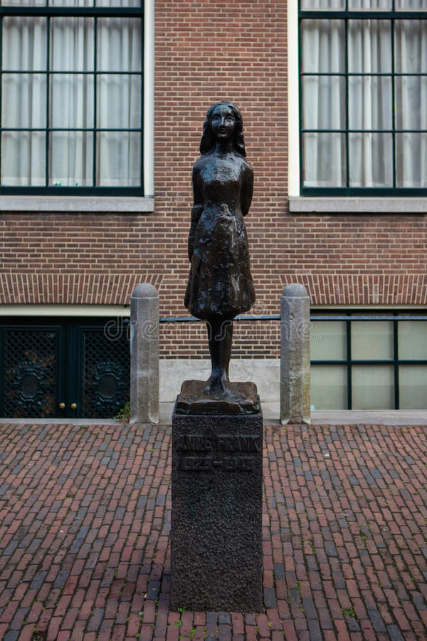 Staty av Anne Frank i Amsterdam arkivfoto