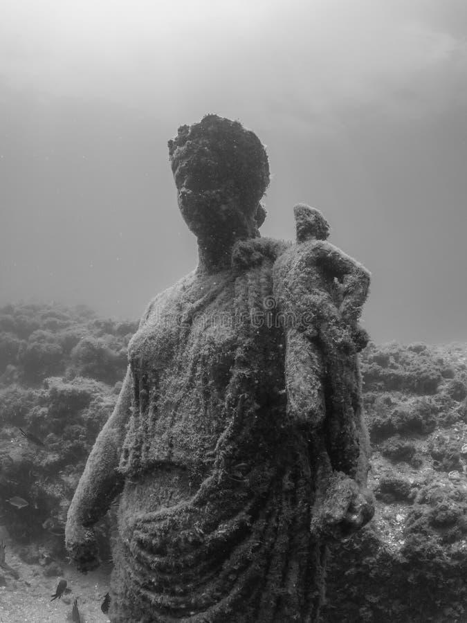 Staty av Antonia Minor i Claudio's Ninfeum undervattens- arkeologi arkivfoton
