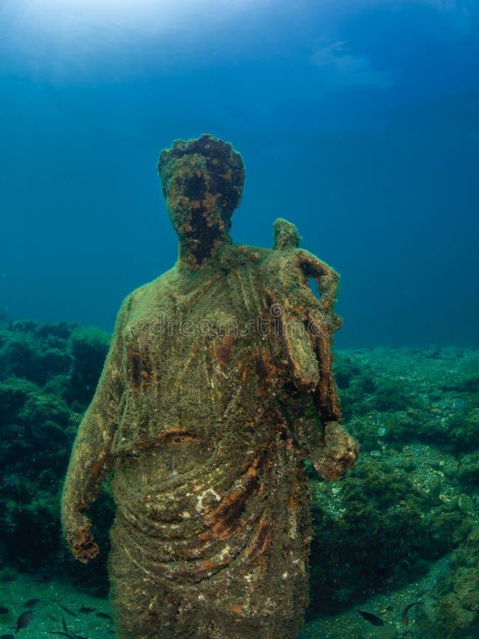 Staty av Antonia Minor i Claudio's Ninfeum undervattens- arkeologi fotografering för bildbyråer
