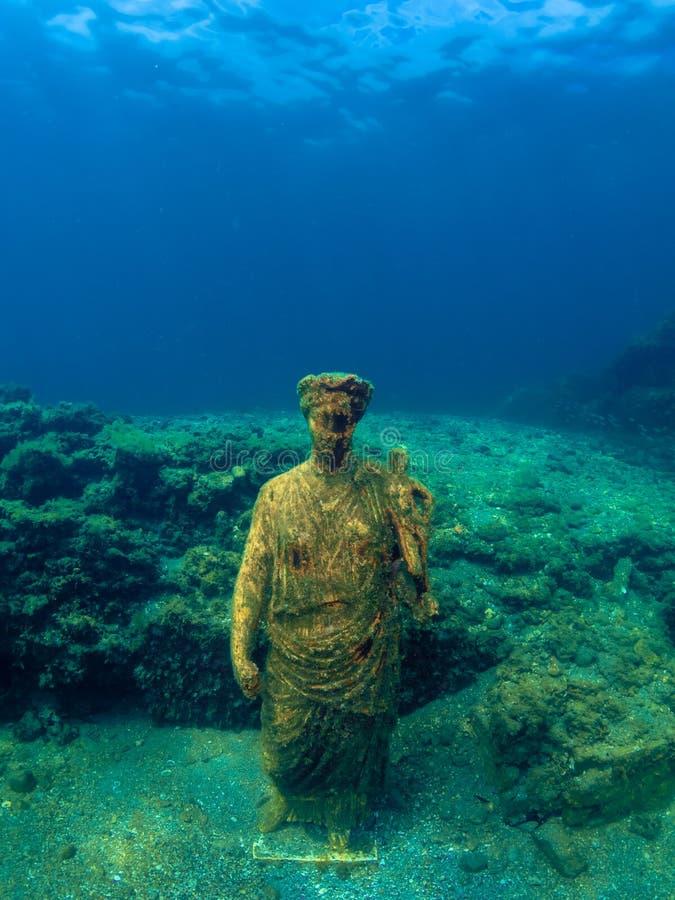 Staty av Antonia Minor i Claudio's Ninfeum undervattens- arkeologi royaltyfria bilder