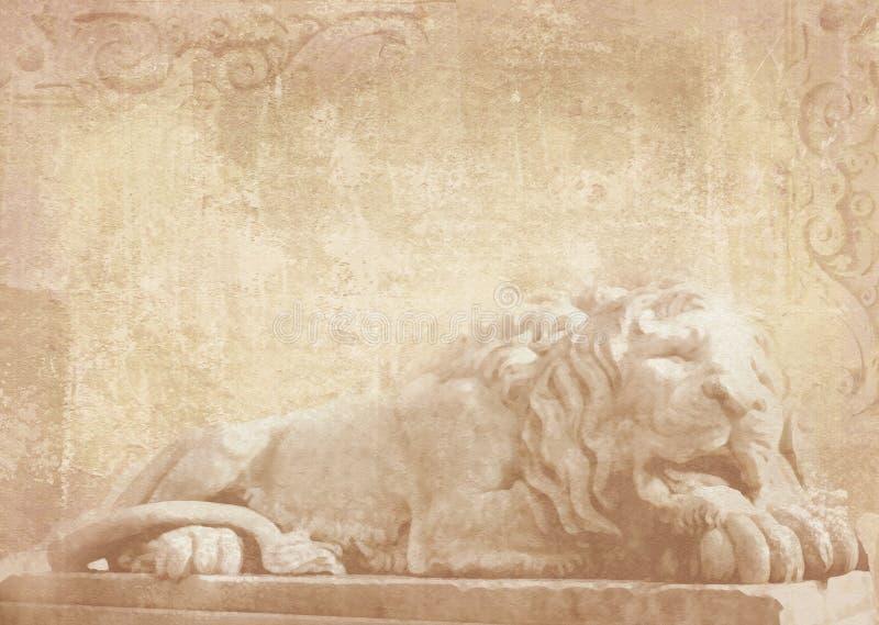 Staty av att sova lejonet på grungebakgrund med sned arkitektoniska detaljer på stenen som garnering på fasadbyggnad royaltyfri foto