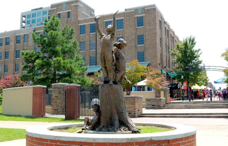 Staty av barn som når för himlen royaltyfria foton